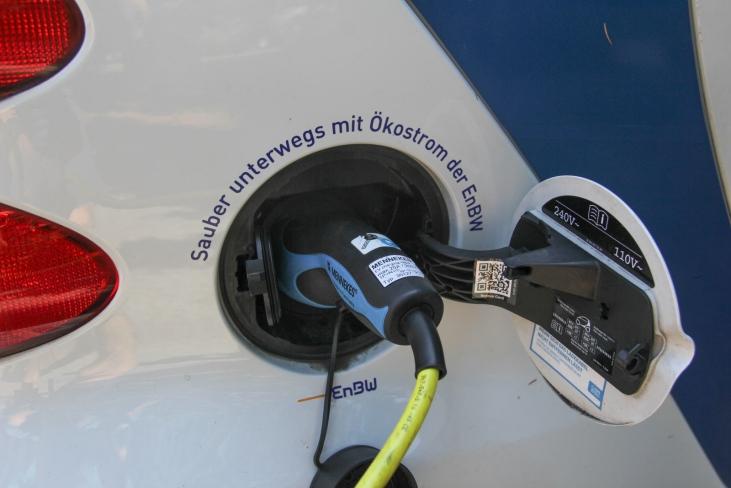 Laden eines Elektrosmart der car2go-Flotte.