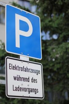 An Ladesäulen gibt es spezielle Parkplätze für Elektroautos.