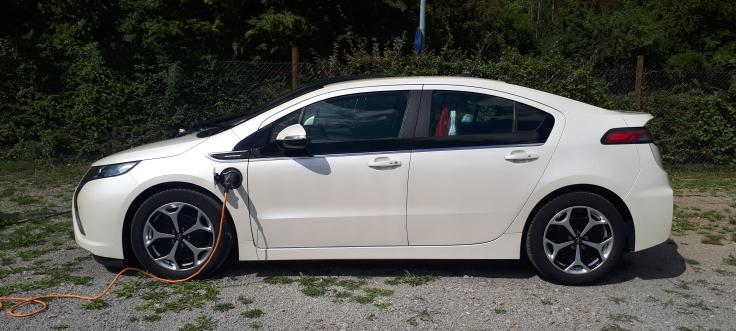 Opel Ampera mit Ladekabel