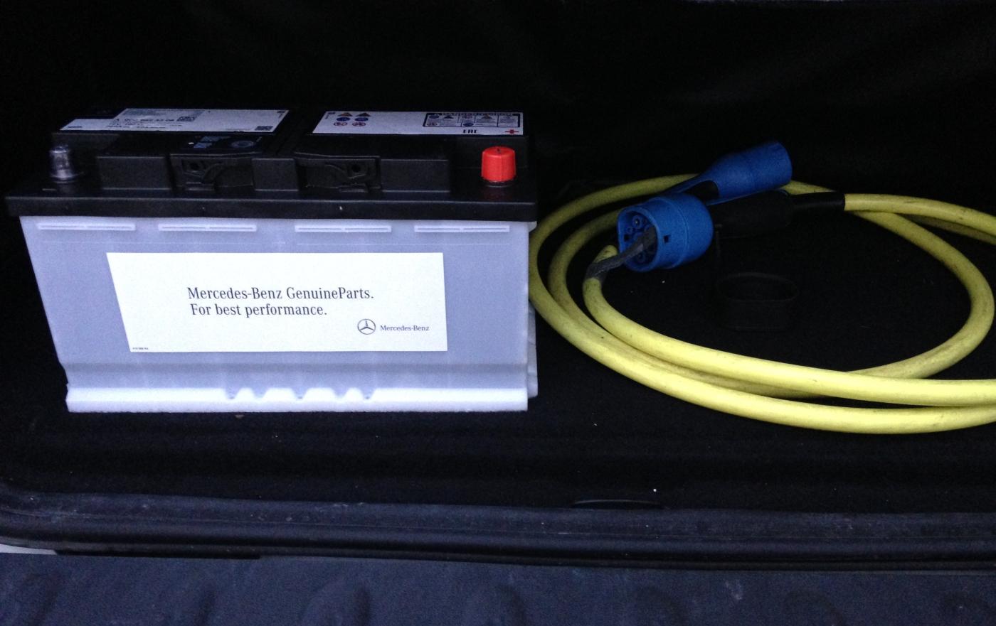 Bleibatterie und Ladekabel